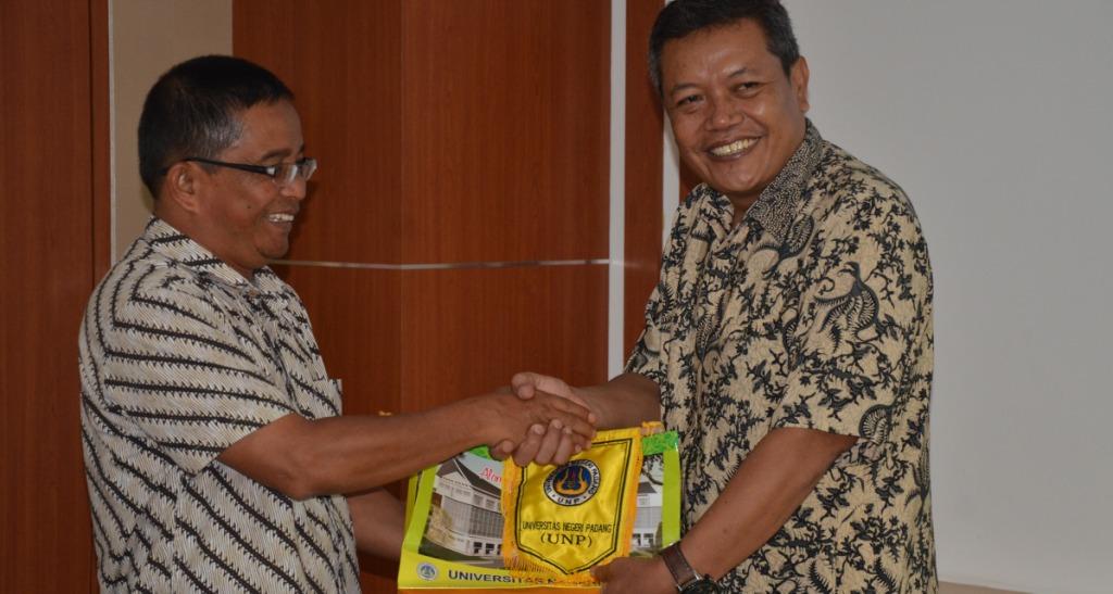 Kesan Baik dari Pustakawan UNP Padang dalam Kunjungannya ke Perpustakaan ITS